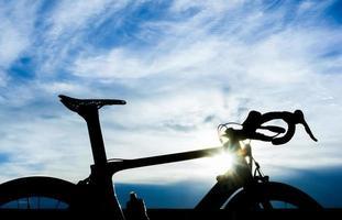 Fahrrad mit blauem Himmel und Sonneneruption foto