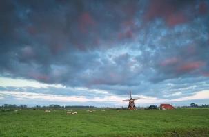 Sonnenaufgang über holländischer Windmühle foto