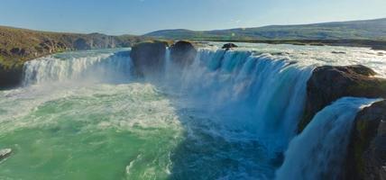 schönes lebendiges Panoramabild mit Blick auf Wasserfall in Island foto