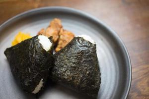 japanische Reisbällchen Onigiri (お 握 り oder 御 握 り; お に ぎ り) foto