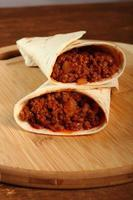 Rindertortilla mit Chilisauce. Enchilada. foto
