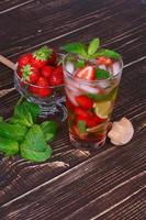 Erdbeer-Mojito-Cocktail über hölzernem Hintergrund foto