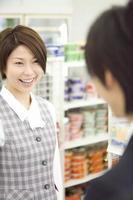 Paar besucht Supermarkt