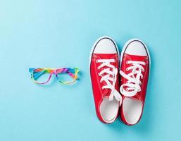 Gummischuhe mit weißen Schnürsenkeln und Brille foto