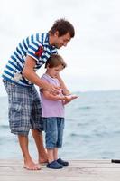 Vater und Sohn fingen Fische