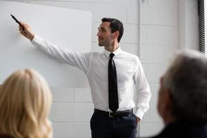 drei Geschäftsleute während eines Meetings foto