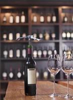 Weinflasche mit zwei Gläsern und Korkenzieher