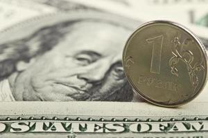 russischer Rubel vor dem Hintergrund der Eisendollar