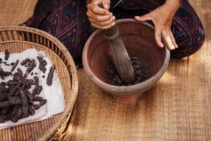 Prozess des Webens, Färbens, Thaisilks foto