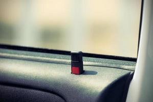 Ein Knopf mit der Autotür ist entriegelt