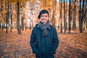 glücklicher Teenager im sonnigen Herbstpark