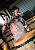 Arbeiter in der Fassherstellung im Bordeaux-Weinberg