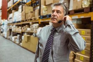 fokussierter Geschäftsmann, der in einem Headset spricht foto