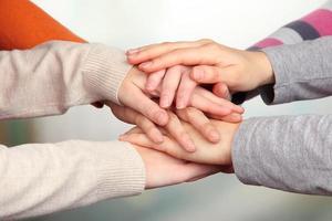 menschliche Hände auf hellem Hintergrund foto