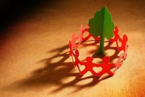 Papierkettenleute, die sich um den Planeten kümmern foto