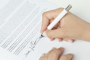 Unterzeichnung eines Geschäftsvertrags foto
