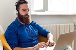 junger Mann mit Kopfhörern foto