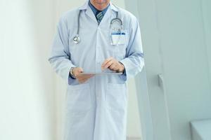 Arzt mit Tablette foto