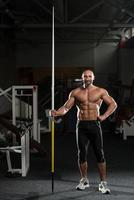 Porträt eines körperlich reifen Mannes mit Speer foto