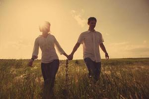 glückliches Paar im Freien, Sommerzeit, getöntes Foto