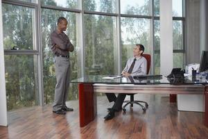 multiethnische Geschäftsleute, die im Büro sprechen foto