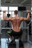 Schultern trainieren mit Langhantel foto