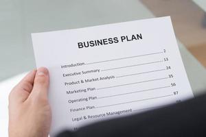 Geschäftsmann liest Geschäftsplan foto