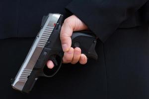 Frau hält eine Handfeuerwaffe foto