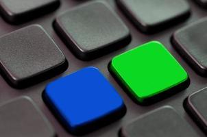 blaue und grüne leere Tasten auf einer Computertastatur foto