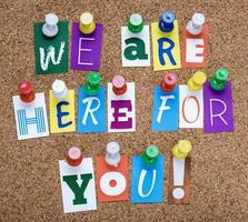 Worte, die wir für Sie da sind, werden an die Pinnwand geheftet foto