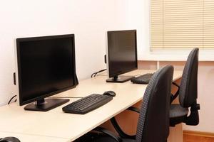 Computer auf Tischen im Raum