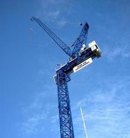 blauer Kran mit einem Nachrichtenzeichen foto