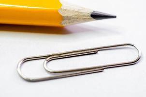 Bleistift und Büroklammer
