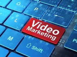 Finanzkonzept: Videomarketing auf Computertastaturhintergrund