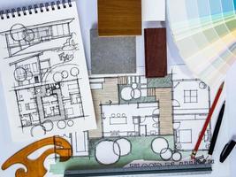 Konzept der Hausrenovierung mit Architekturzeichnung und Materialprobe