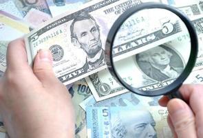 Überprüfung gefälschter Banknoten foto