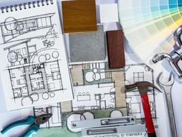 Konzept der Hausrenovierung mit Architekturzeichnung und Arbeitswerkzeugen foto
