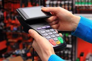 Bezahlen mit NFC-Technologie auf dem Handy foto