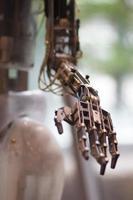 Zukunftstechnologie in schwarzer Handprothese foto
