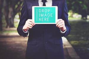 Geschäftsmann zeigt Tablet-Digital-Geräte-Technologie-Konzept foto