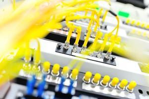 Glasfaser mit Servern in einem Technologie-Rechenzentrum foto