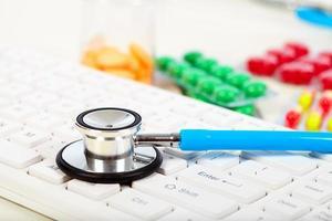 Stethoskop auf der Tastatur foto