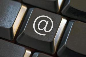 schwarze Tastatur mit symbolischem E-Mail-Schlüssel foto