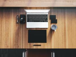 Generisches Design Laptop auf dem Arbeitsbereich mit Geschäftsobjekten. oben foto