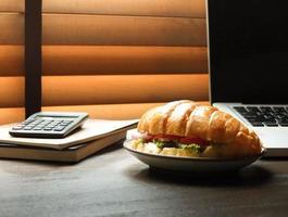 Sandwich auf dem Schreibtisch foto