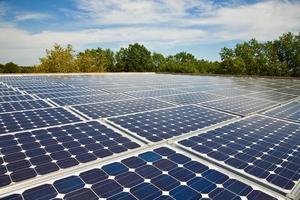 Sonnenkollektoren auf dem Dach eines kleinen Unternehmens foto