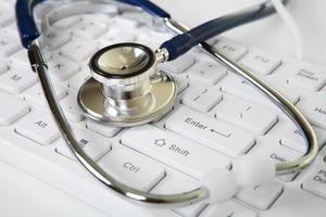 Phonendoskop und weiße Tastatur foto