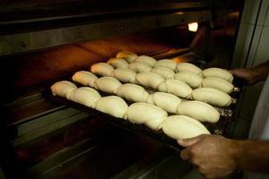 Brot wird in der Bäckerei hergestellt. foto