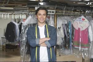 selbstbewusster männlicher Besitzer, der in der Wäsche steht foto