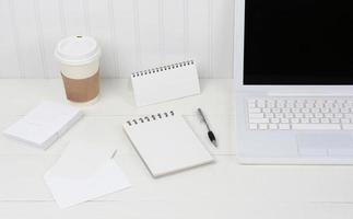ordentliche weiße Schreibtischnahaufnahme foto